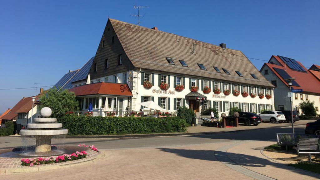 Unser wunderschön gelegenes Hotel Restaurant Zum Rössle ist Ihr Familienhotel und Tagungshotel am Rande des Schwarzwalds und Baar. Zwischen Donaueschingen,Villingen-Schwenningen und Bad Dürrheim liegt unser Landhotel eingebettet in die Natur des Südens von Baden-Württemberg.